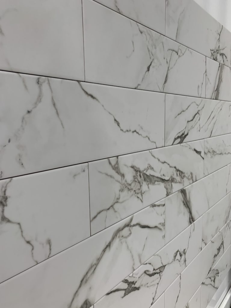 carrelage métro effet marbre blanc